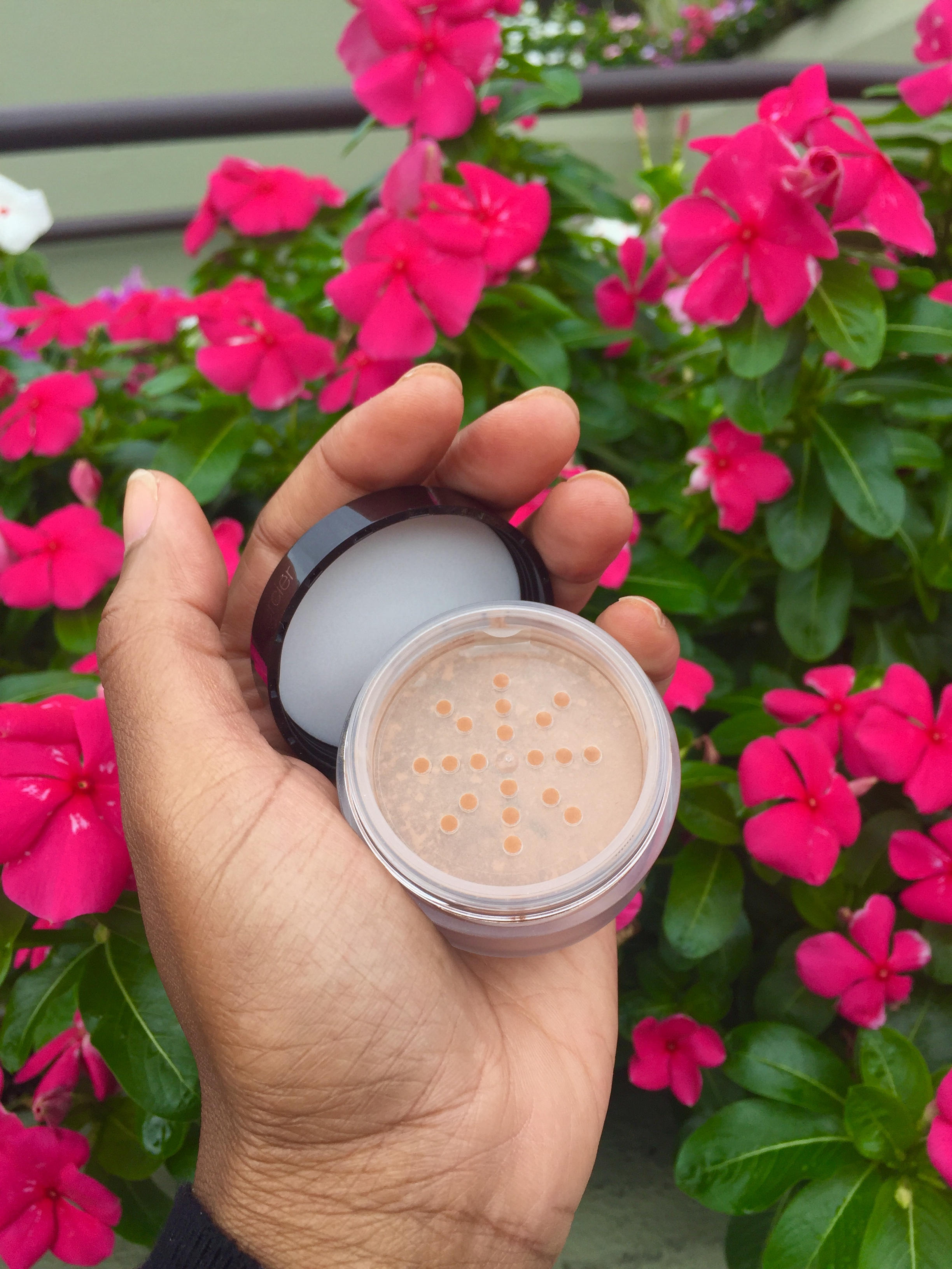 Laura Mercier Translucent Loose Setting Powder Glow VoxBox Review.jpg